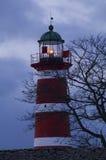 Leuchtturm mit dunklen Wolken im Hintergrund Stockfoto