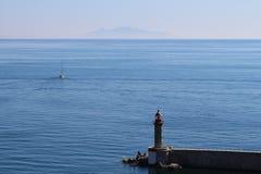Leuchtturm mit Geistinsel auf Hintergrund Stockbilder