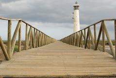 Leuchtturm mit hölzernem Steg. Fuerteventura Lizenzfreies Stockbild