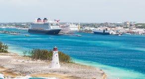 Leuchtturm mit Kreuzschiffen und Nassau im Hintergrund lizenzfreie stockfotografie