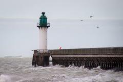 Leuchtturm mit Pier am Nachmittag mit nebeligem Himmel am Calais-Hafenstrand Franc Frankreich lizenzfreie stockfotografie
