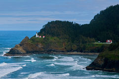 Leuchtturm nahe Ozean Lizenzfreie Stockbilder
