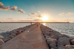 Leuchtturm Sonnenuntergang stroll lizenzfreie stockfotografie