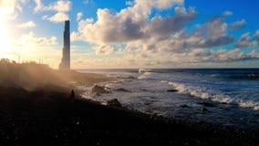 Leuchtturm, Strand und ein Mann stock footage