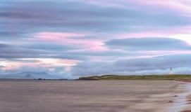 Leuchtturm u. Küstenlinie Turnberry mit den Arran-Hügeln der nebelhafte Abstand Lizenzfreies Stockbild