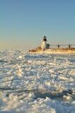 Leuchtturm umgeben durch Eis Stockfoto