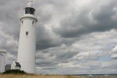Leuchtturm und bewölkter Himmel Lizenzfreie Stockfotografie