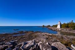 Leuchtturm und blauer Himmel Stockbild