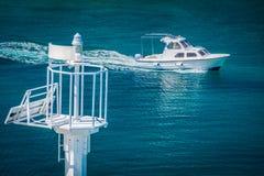 Leuchtturm und Boot, adriatisches Meer Lizenzfreies Stockfoto