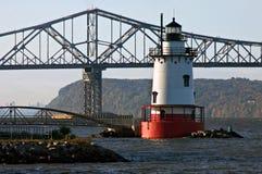 Leuchtturm und Brücke Stockfotos