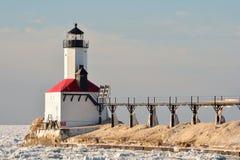 Leuchtturm und Brücke auf Sunny Day im Winter Lizenzfreies Stockfoto