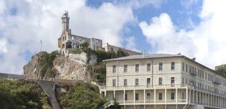 Leuchtturm und Gebäude 64 des ehemaligen Bundesgefängnisses Alcatraz Lizenzfreie Stockfotos