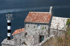 Leuchtturm und mittelalterliche Kirche, Bucht von Kotor, Montenegro Stockfoto