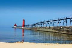 Leuchtturm und Pier stockfoto