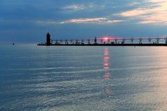 Leuchtturm und Pier bei Sonnenuntergang Lizenzfreie Stockfotos