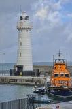 Leuchtturm und Rettungsboot lizenzfreie stockfotos