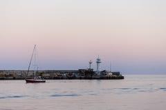Leuchtturm und ruhiges Schwarzes Meer am Sommerabend Stockfoto