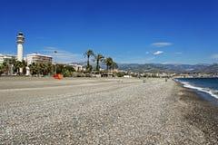 Leuchtturm und stoney Strand bei Torre Del Mar Lizenzfreies Stockfoto