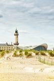Leuchtturm- und Teepott-Gebäude bei Warnemuende Stockfotos
