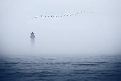 Leuchtturm und Vögel im Himmel Lizenzfreies Stockfoto