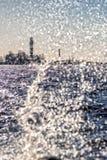 Leuchtturm und Welle spritzt an einem sonnigen Tag Lizenzfreie Stockbilder