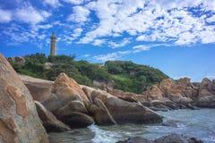 Leuchtturm unter blauem Himmel und Wolke stockfotos