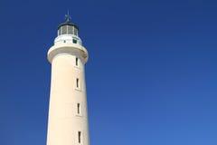 Leuchtturm unter hellem blauem Himmel lizenzfreie stockfotografie