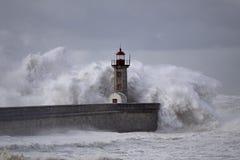 Leuchtturm unter Sturm stockfoto