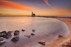 Leuchtturm von Marken in den Niederlanden bei Sonnenaufgang Stockfotografie
