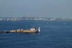 Leuchtturm vor dem Hafen von Gothenburg lizenzfreie stockbilder