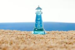 Leuchtturm vor einem turbulenten Meer lizenzfreies stockbild