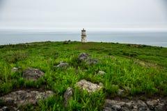 Leuchtturm zentriert auf dem Hintergrund des Meeres im wolkigen Wetter stockbilder