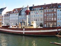 Leuchtturmboot Kopenhagens in den Wasserkanälen Stockfotos