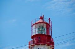 Leuchtturmlampe über Hintergrund des blauen Himmels Lizenzfreies Stockbild