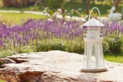 Leuchtturmlampe im Lavendelgarten Stockfotos