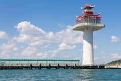 Leuchtturmturm auf den Seeküstenskylinen Stockfoto