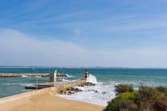 Leuchtturmwellenabbruch Lagos, Portugal stockbild