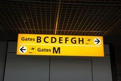 Leuchtzeichen am Flughafen mit Torzahlen Stockbild