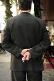 Leugenaar: zakenman met gekruiste vingers stock afbeeldingen
