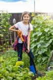 Leuk 10 éénjarigenmeisje die bij tuin en gravende grond werken Stock Afbeelding
