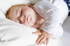 Leuk aanbiddelijk babymeisje van 6 maanden slapen vreedzaam in bed Royalty-vrije Stock Afbeeldingen