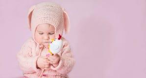 Leuk aanbiddelijk de close-upportret van het babymeisje in gebreid kostuum van E Royalty-vrije Stock Afbeeldingen