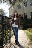 Leuk Aziatisch meisje buiten groot huis Royalty-vrije Stock Fotografie