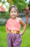 Leuk Aziatisch meisje die typische Thaise kleding dragen Royalty-vrije Stock Afbeeldingen