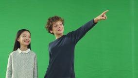 Leuk Aziatisch meisje en Kaukasische jongen stock video