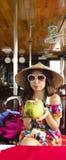 Leuk Aziatisch meisje het drinken kokosnotensap Stock Afbeelding