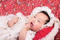 Leuk Aziatisch meisje met hoofddeksel Royalty-vrije Stock Afbeelding