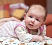 Leuk baby-meisje dat camera bekijkt Stock Foto's