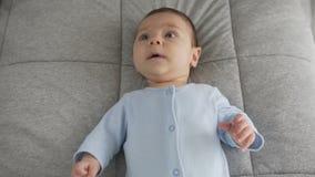 Leuk babygezicht met bruine ogen De blik van de baby in het schot van het cameraclose-up stock footage