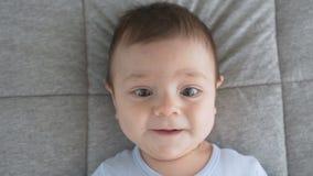 Leuk babygezicht met bruine ogen De blik van de baby in het schot van het cameraclose-up stock videobeelden